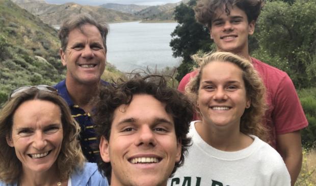 V.l.n.r. Mariel, Remco Waller, Tommy, Kim en Jesse bij Lake Piru in Santa Monica Mountains. Na omzwervingen op drie continenten blijven ze in Californië.