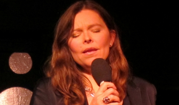 Meike van der Linde zingt zondagmiddag liedjes van Ramses Shaffy en wordt begeleid op piano en bas.