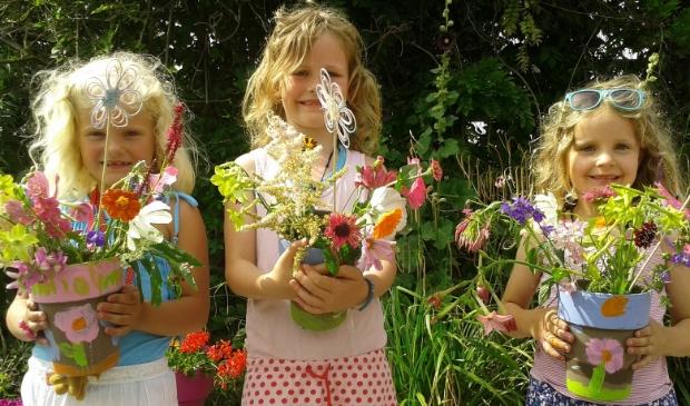 Eerst wordt een vaas beschilderd en dan gevuld met zelf geplukte bloemen.
