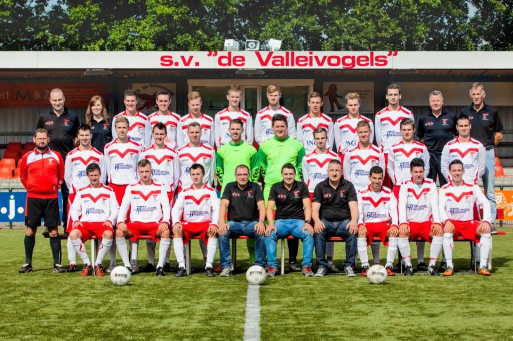Teamfoto van Valleivogels uit het seizoen 2015/2016 met de achterste rij uiterst links Bert van den Broek en Robert van den Broek op de middelste rij, vijfde van links. Archieffoto © BDU media
