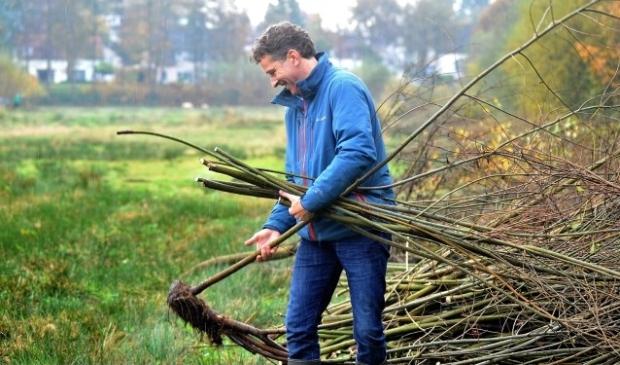 Minister Jeroen Dijsselbloem hielp mee, net als twee jaar geleden. Foto: Gert Budding