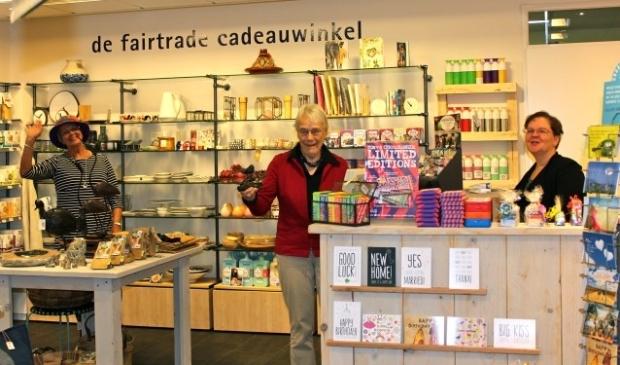 Medewerkers Jose Rossewij, Fieke Faber en Ellen Mook in de Wereldwinkel De Bilt. FOTO: Els van Stratum