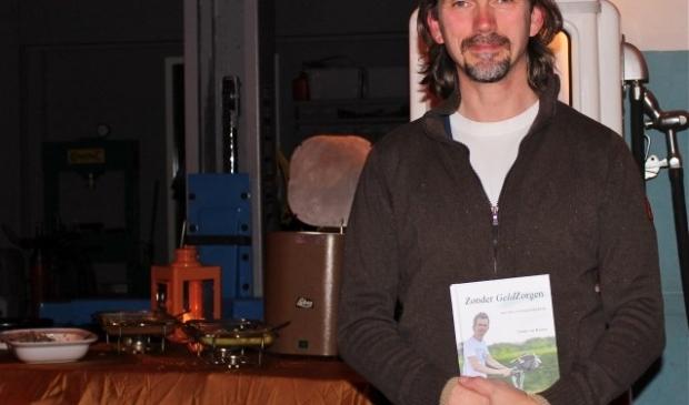 Frank van Haaren met zijn boek tijdens het Benefiet-diner in Soest. FOTO: Els van Stratum