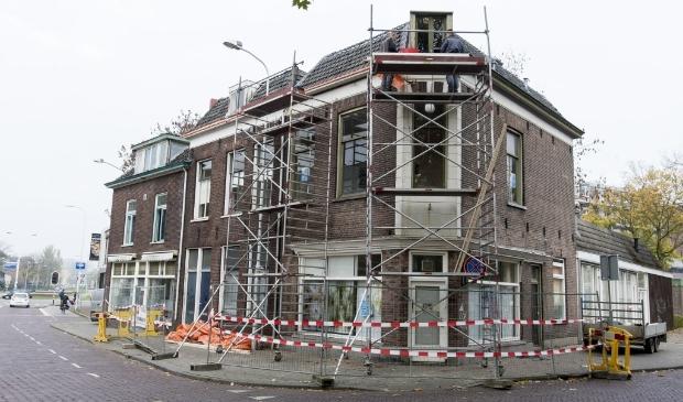 De steigers zijn geplaatst om noodzakelijke reparaties aan de slechte dakgoten te verrichten. (foto: Johan Mulder)