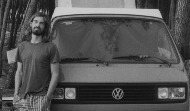 Rick is fanatiek surfer en trekt er graag met zijn oranje Volkswagenbus op uit om de golven te bedwingen. FOTO: Arti Lammert