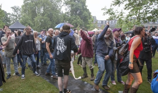 Het publiek ging uit z'n dak bij het optreden van de Sex Pistols door Beat Club op Woetstok 2017. (foto: Johan Mulder)