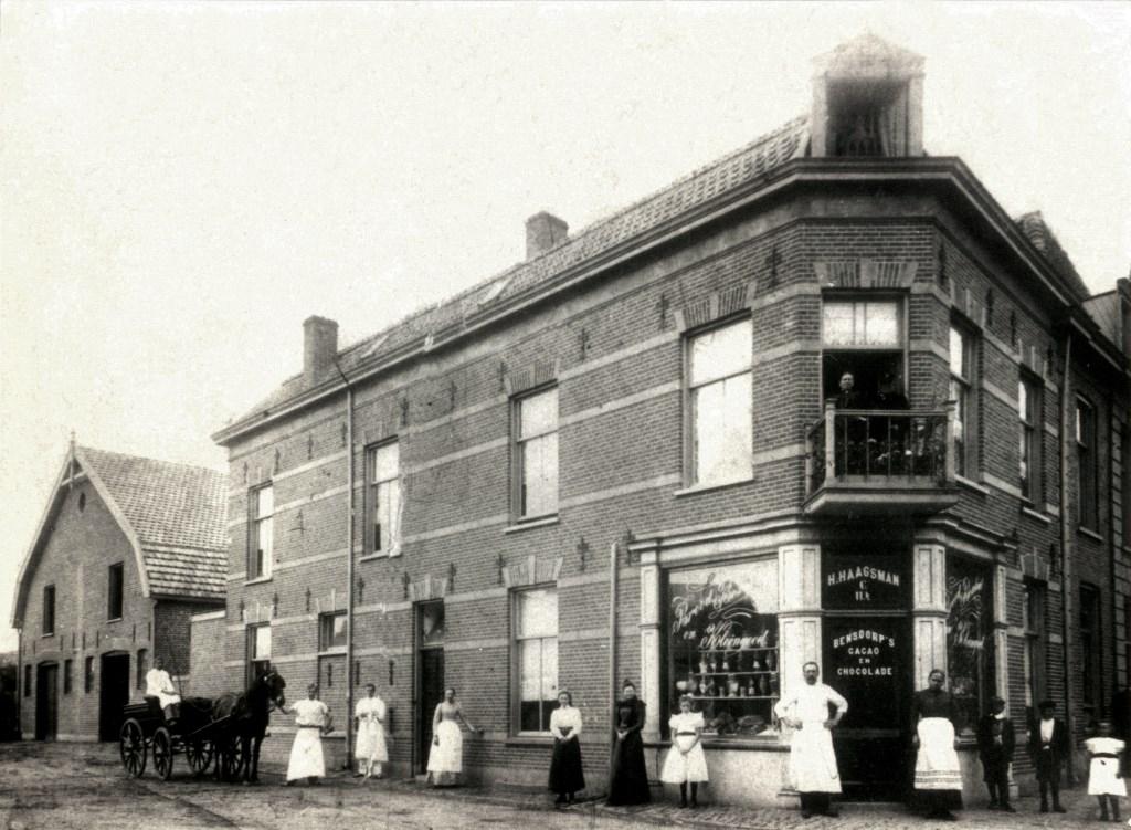 De drie panden aan de Stationsstraat begin 20e eeuw. In het hoekpand was Bakkerij Haagsman gevestigd.  © BDU Media