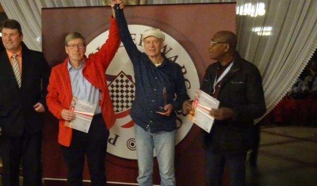 Zilveren Fred Ivens houdt de arm omhoog van kampioen Henk de Witt. (foto: Jan W. Koerselman)