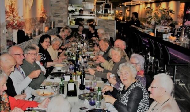 Dertig zelfstandig wonende ouderen genoten van het aangeboden diner bij Settlers dankzij de stichting Met je Hart. Eén van de deelneemsters weet precies waar het vanavond omdraait. 'Het contact met de mensen, dat vind ik belangrijker dan het heerlijke eten.' FOTO: Astrid van Walsem