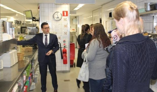 General manager Roel van Beekhoff geeft een rondleiding door de keuken. FOTO: Regionale Sociale Dienst
