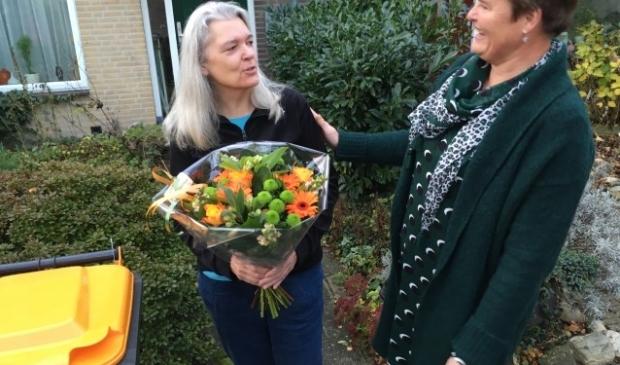 Wethouder Anne Brommersma (r) dankt mevrouw Inde van Erven voor het in ontvangst nemen van de eerste PMD-kliko. FOTO: Gemeente De Bilt