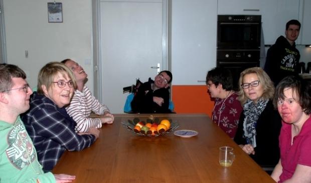 Marianne Lafèbre (links) en Irma Akkerboom (rechts) laten een gezellig, warm Droomhuis achter, waar de zeven bewoners in een gezinssituatie de zorg ontvangen, die ze nodig hebben en die ze verdienen. (foto Jan Boer)