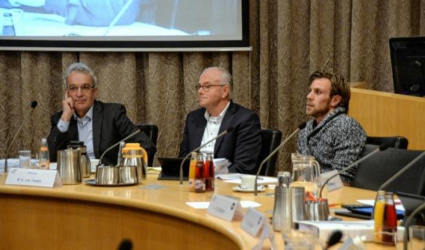 Wim van Veelen (midden) krijgt als raadslid regelmatig vragen van inwoners.