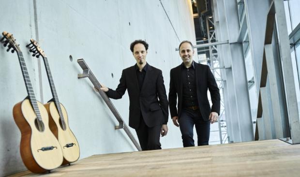 <p>Elias en Cordas bespelen gitaren uit de tijd van Schubert.</p>