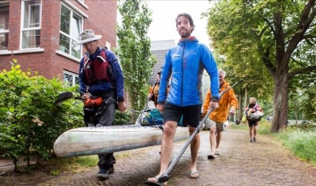 Foto: Plastic Soup Surfer, Merijn Tinga, in blauwe jas. Foto: Cees Beumer