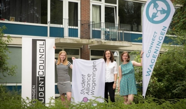 Van links naar rechts: Daphne de Bruin (studentenraad), Giulia Homs (studentenvakbond), Emi van der Horst (Connect Wageningen). Foto: Sven Menschel