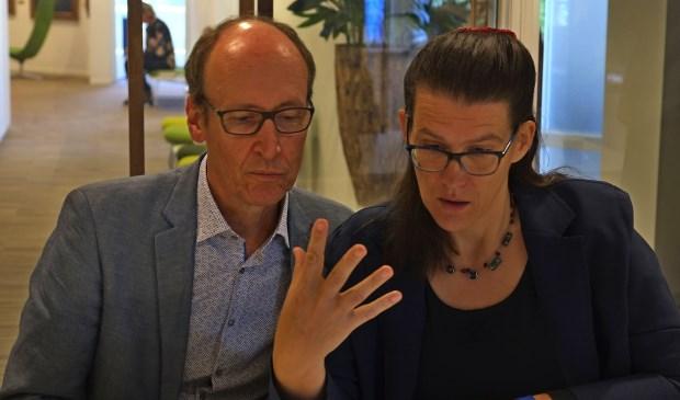 Wethouder Hoefsloot en Marja de Putter, van belangenvereniging Doof in Ede.