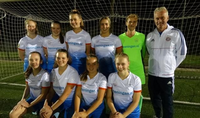 De dames in het tenue van het nieuwe SVO Kromme Rijnstreek, dat volgend seizoen echt van start gaat. Met rechts Hans de Ligt.