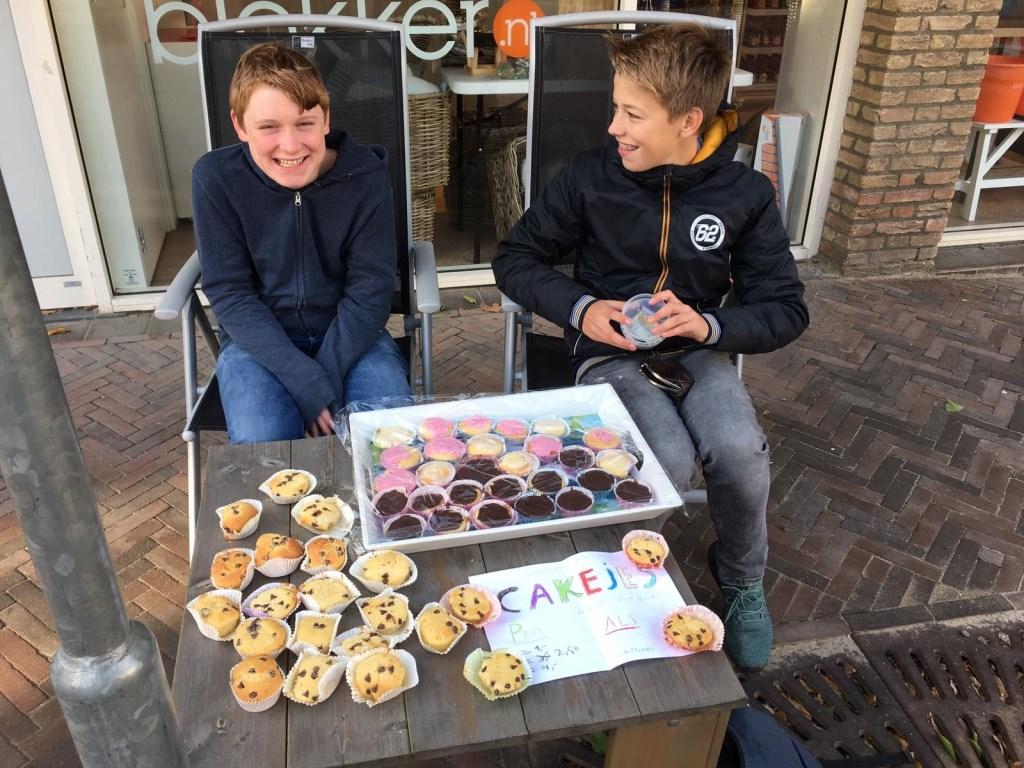 Okke Schouten en Bastiaan Vink verkopen cupcakes.   Annemarie Schouten © BDU media