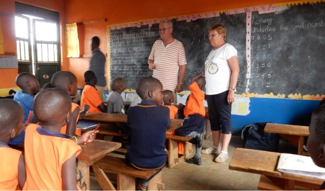Pieter en Marga Streefkerk voor de klas in de Lwerudeso school in Lwengo, Uganda.