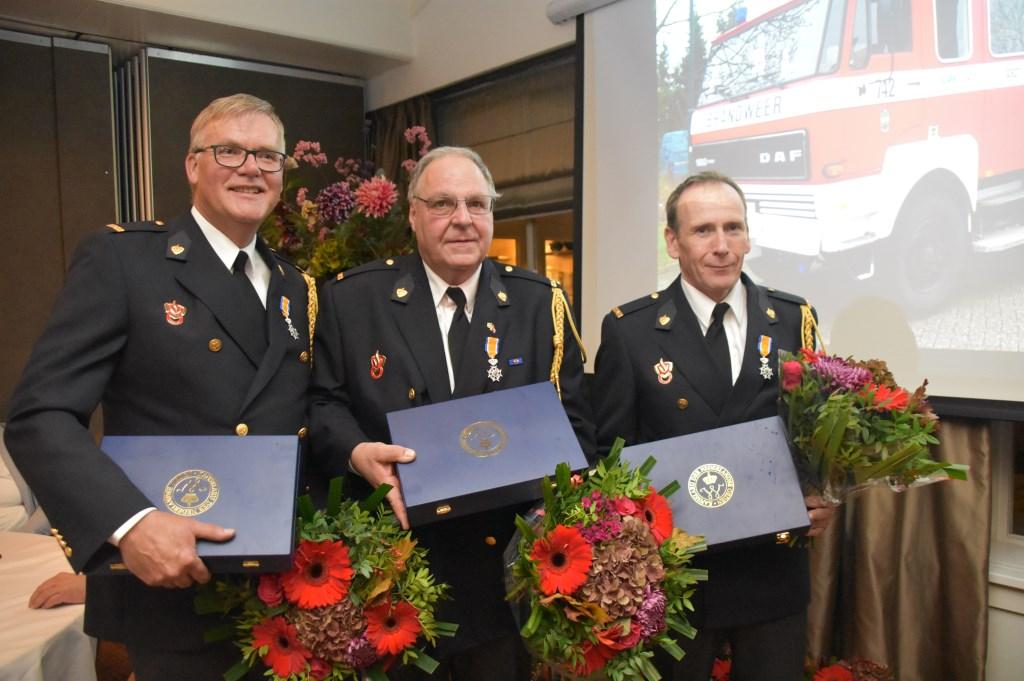 De koninklijk onderscheiden brandweerlieden, van links naar rechts Lex Kampen van korps Soest en Adrie Ket en Rolf van Dee van korps Soesterberg.