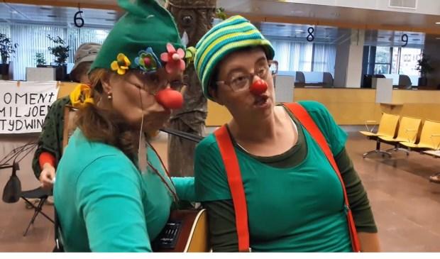 Groene Clowns in het stadhuis, in actie tegen de rondweg.