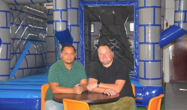 Haylor Tamboer (links) en Jeroen Verhoeven laten hun indoorspeeltuin runnen door jongeren met een afstand tot de arbeidsmarkt.