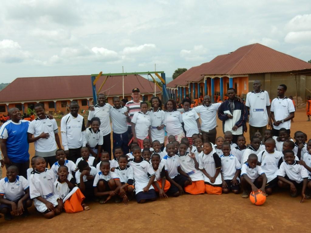 De kinderen van de Lwerudeso school kregen onlangs een partij shirtjes van De Meeuwen. Lwengo Kids © BDU media