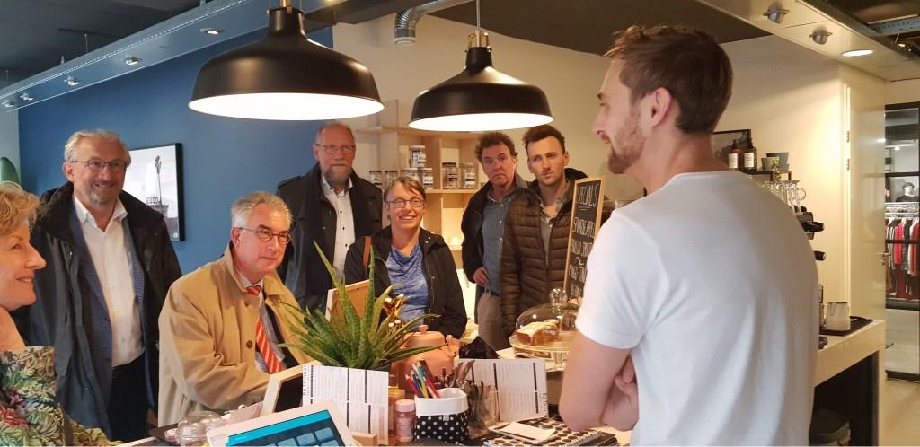 Bij Thomas (rechts) maakte het college kennis met een enthousiaste nieuwe ondernemer. Margreet Hendriks © BDU media