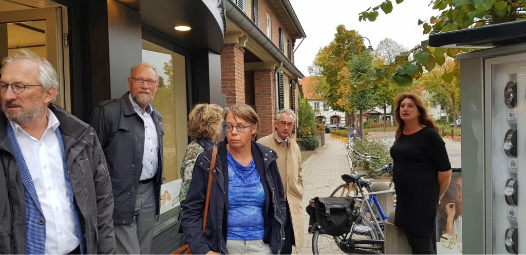 Bij juwelier/horlogerie Ter Maaten werd samen met Anja ter Maaten tevergeefs gezocht naar een goede plek voor het parkeren van fietsen. Margreet Hendriks © BDU media