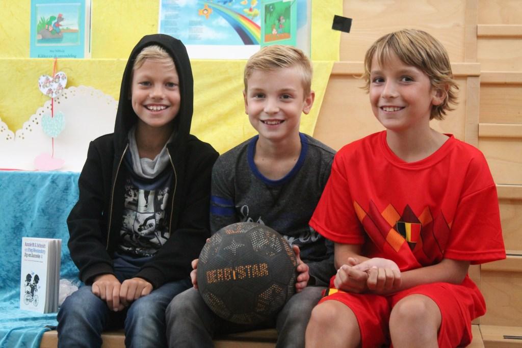 Daan, Bas en Iwan kennen elkaar al vanaf de peuterspeelzaal en voetballen graag samen. Hannie van de Veen © BDU media