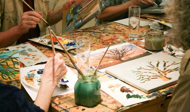 Tijdens workshop 'Parijs' gaan deelnemers een geabstraheerd schilderij maken.