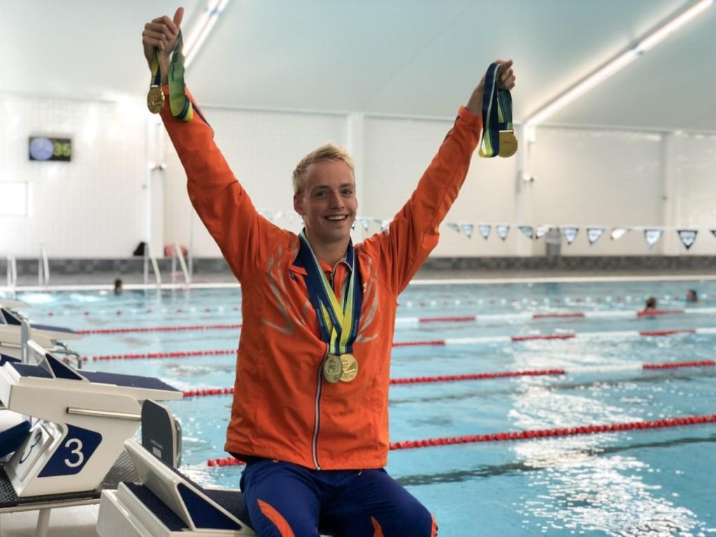 Thijs van Hofweegen toont in zijn Amersfoortse trainingsbad met trots zijn behaalde medailles.