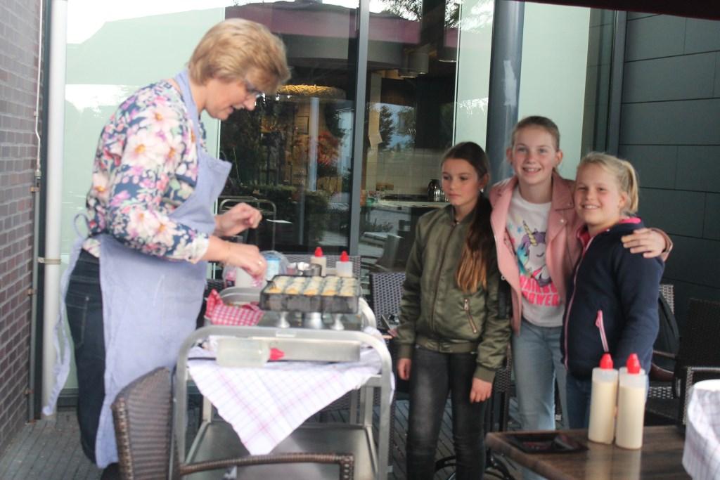 Esmée, Aniek en Eline doen elke 14 dagen spelletjes met de bewoners van Groenewoude. Op de dag van de ouderen deelden ze poffertjes uit. Hannie van de Veen © BDU media