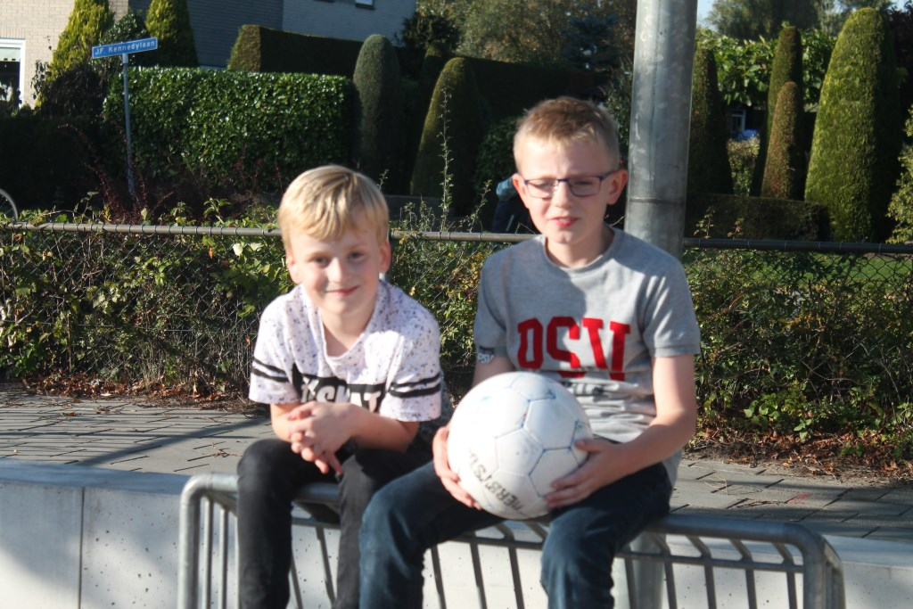 Sem en Michel voetballen graag op het pannaveldje bij de Griftschool sinds ze in groep 3 naast elkaar kwamen te zitten, maar ook zijn ze liefhebbers van gamen. Hannie van de Veen © BDU media