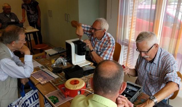 Tijdens het Repair Café knappen vrijwilligers kapotte spullen op.