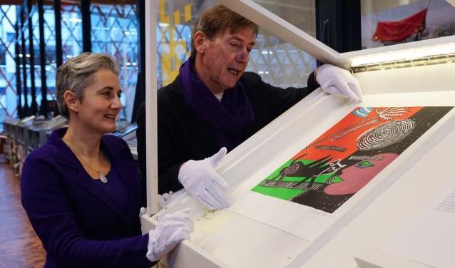 Daphne Janson en Stefan van Raay nemen de speciale CoBrA-kast in gebruik bij de Bibliotheek Amstelland.