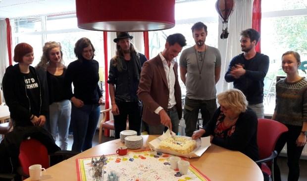 Erik Kouwenberg (Ad Hoc Beheer) en Marjan Kramer (Beweging 3.0) snijden de taart aan voor de nieuwe tijdelijke bewoners van De Liendert.