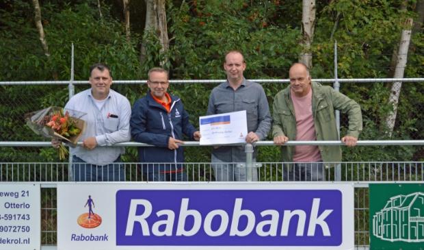 <p>Dirk van Wikselaar, geheel links op archieffoto, het gezicht van de plaatselijke trots.</p>