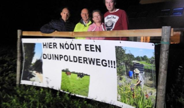 Van links af bewoners Lodewijk Kamps, Rinus Bazuin, Stephanie van den Broek en Jan Luijben.
