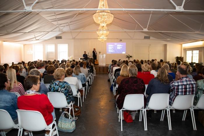Personeelsleden van De Viermaster luisteren aandachtig naar de sprekers op de studiemiddag