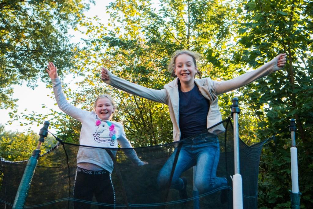 Bente en Rosalie zijn buurmeisjes en vriendinnen en als ze buitenspelen zijn ze bijna altijd op de grote trampoline te vinden. Gerwout Lamberink © BDU media