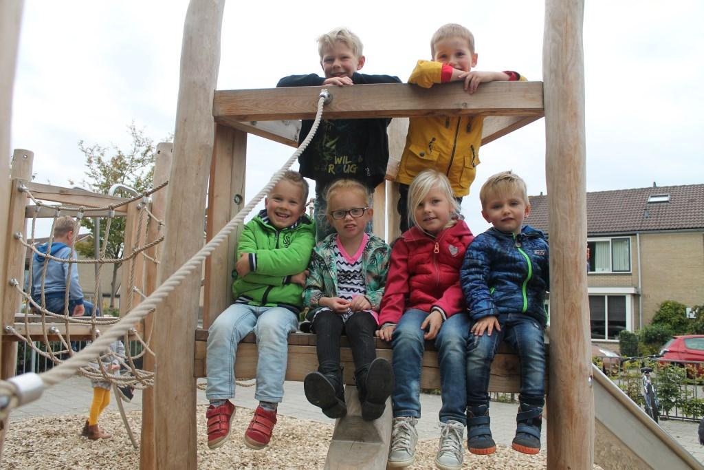 Gideon, Jop, Teun, Stijn, Joël, Zoë en Yindi Lynn zitten bij elkaar in groep 1 van de Griftschool en spelen vaak samen op het nieuwe klimtoestel op het schoolplein.