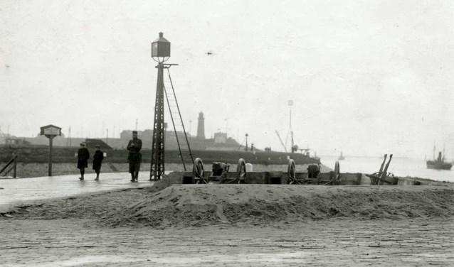 Ingraving van het geschut bij de haven van IJmuiden in 1914. De foto is te zien in de bibliotheek.