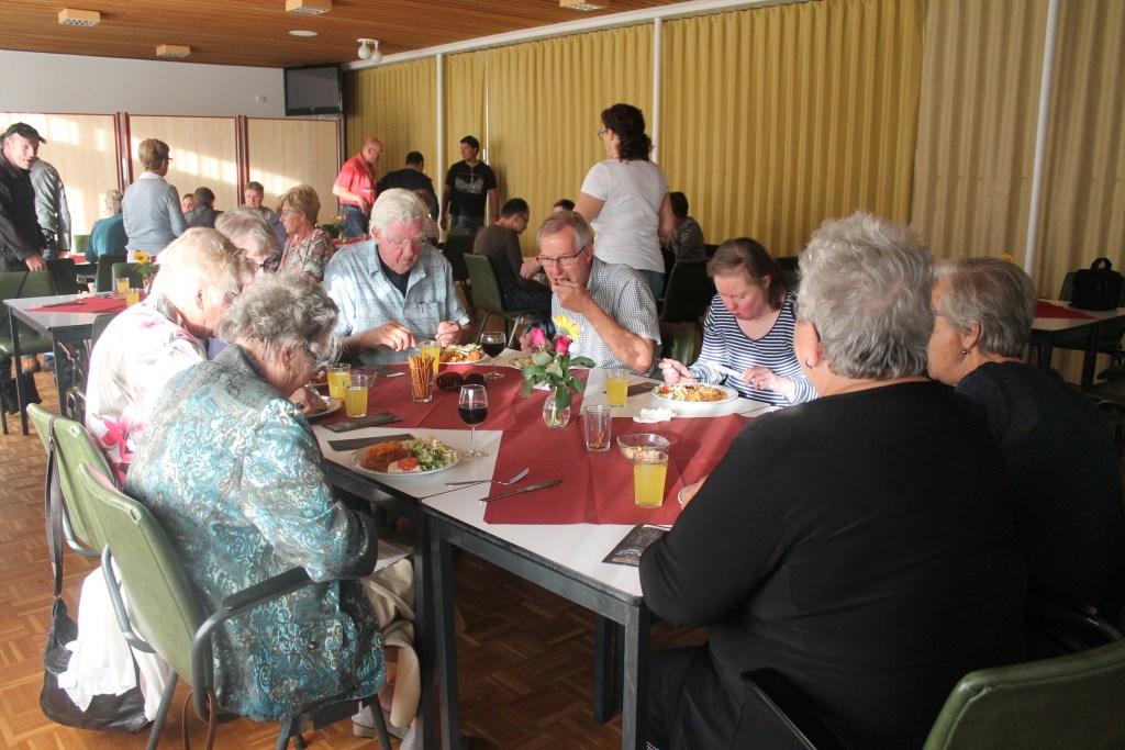 samen tafelen in de Voorhof Hannie van de Veen © BDU media