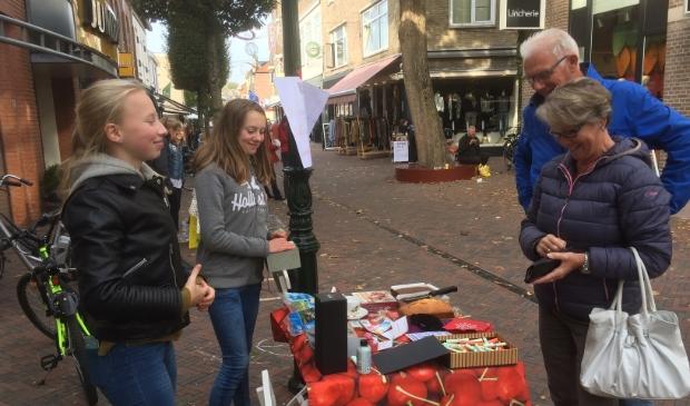<p>Straatverkoop voor het goede doel door Griftland-scholieren in de Laanstraat in 2018.</p>