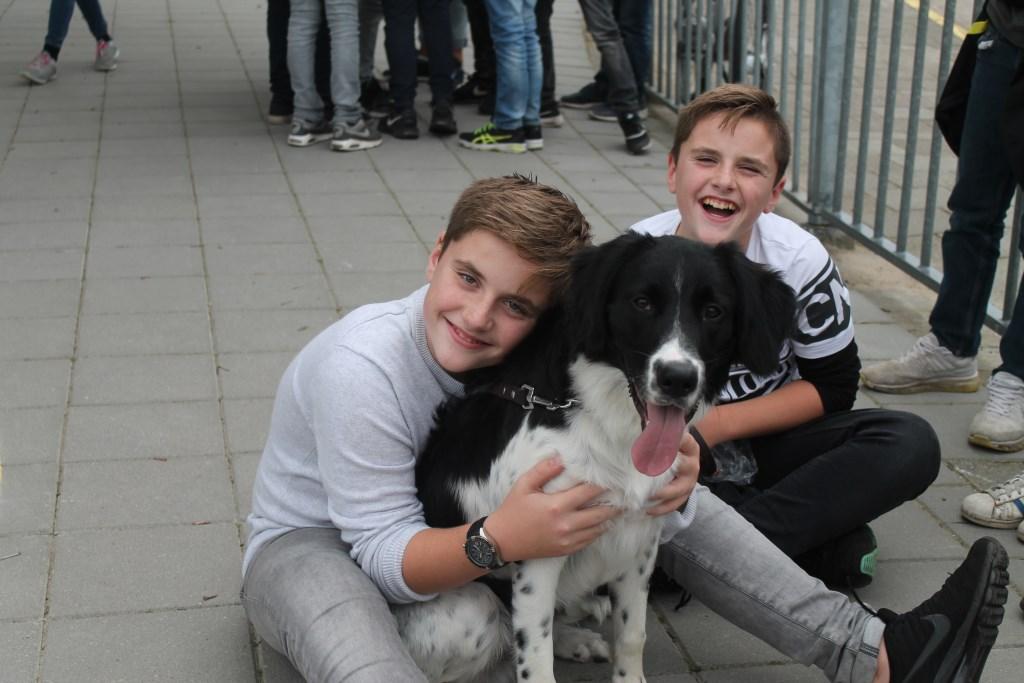 De tweeling Leon en Aron is heel blij met hun vriendje Boaz die na een moeilijke periode 8 maanden geleden bij hen kwam wonen Hannie van de Veen © BDU media