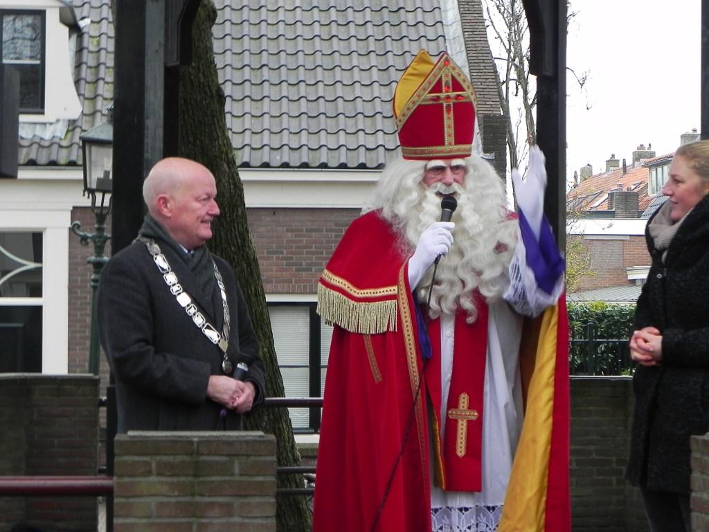 Burgemeester van Bennekom kijkt vol ontzag naar Sinterklaas die ieder jaar in weer en wind Werkhoven bezoekt.  Richard Thoolen © BDU media