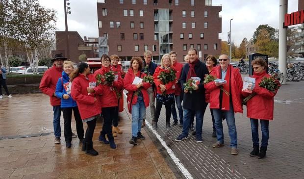 Lodewijk Asscher flyert met de lokale PvdA-fractie.