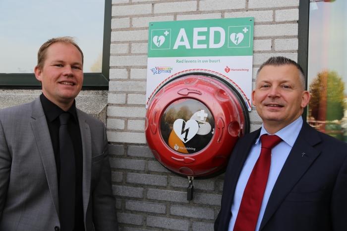 Joffry van Grondelle (r) van de stichting AED Nieuw-Vennep en Johan Schoon (l) van de Witte Kerk bij de buitenkast met AED